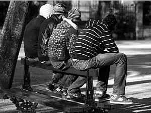 jovenes_sentados_banco