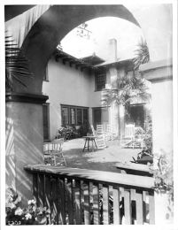 patio_courtyard_of_the_residence_of_mrs-_grebble_orange_grove_avenue_pasadena_ca-1900_chs-2770