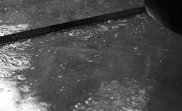 charcos-de-la-lluvia-con-las-gotas-de-agua-97412824
